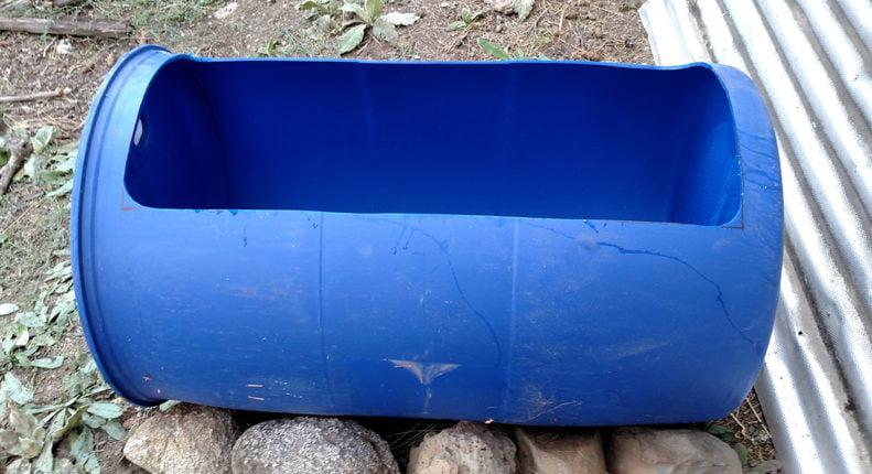 Самодельное корыто из пластиковой бочки